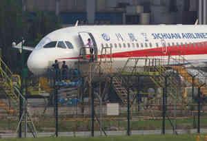 चीन में विमान की खिड़की टूटी, को-पाइलट हवा में लटका