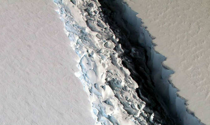 अंटार्टिका में टूटा है लंदन से 4 गुना बड़ा आइसबर्ग, वीडियो देखकर दुनिया हिली जा रही है!