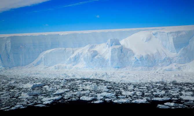 अंटार्टिका में टूटा है लंदन से 4 गुना बड़ा आइसबर्ग,वीडियो देखकर दुनिया हिली जा रही है!