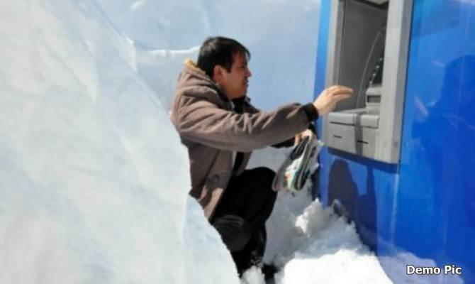 ATM को भी लगती है ठंड, तभी तो हिमाचल में ATM को कंबल ओढ़ाकर जलाए जा रहे हैं रुमहीटर!