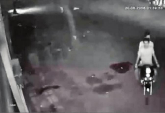 बाइक सवारों ने रेस्टोरेंट में लगार्इ आग, सीसीटीवी में दर्ज हुर्इ कारस्तानी