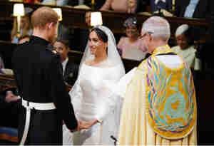 रॉयल वेडिंग: ब्रिटेन की महारानी ने दिए ये उपहार, मार्केल को वेल्श गोल्ड तो हैरी को प्लैटिनम रिंग