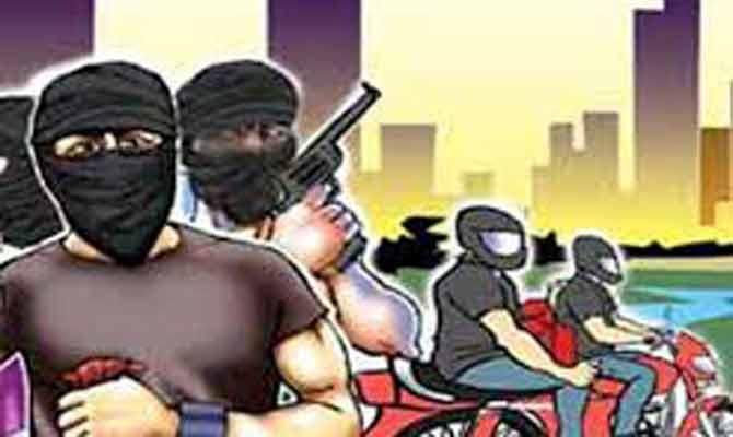 इंडियन बैंक से लूटे 22 लाख, विरोध पर ग्राहको को बंधक बनाकर पीटा