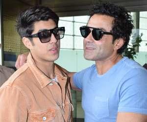 बॉबी देओल का बेटा किसी बॉलीवुड हीरो से नहीं है कम, एयरपोर्ट पर यूं दिखी बाप-बेटे की जोड़ी