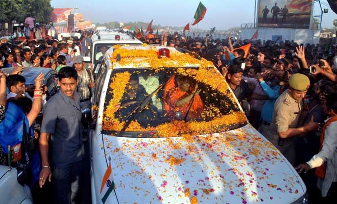 सीएम बनकर पहली बार गोरखपुर पहुंचे योगी आदित्यनाथ,स्वागत में खड़ा हुआ पूरा शहर