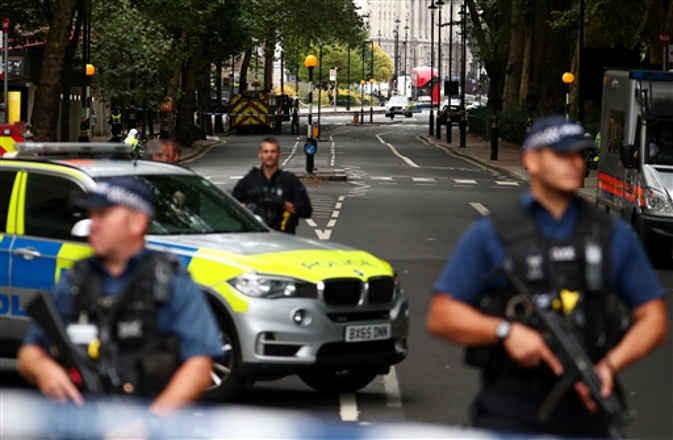यूके संसद के सिक्यूरिटी बैरियर से टकराई कार, आतंकी हमले के शक में ड्राइवर गिरफ्तार