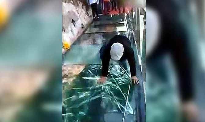 डरना मना है… लोग चल रहे थे तभी दरक कर टूट गया चाइना का यह ग्लास ब्रिज?