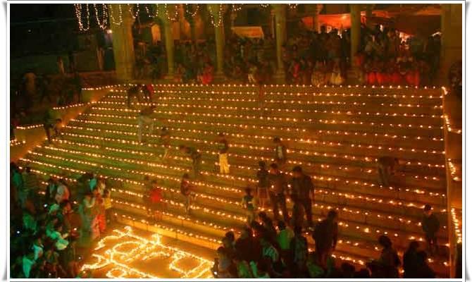 देव दिवाली पर ऐसे जगमगा रहे हैं संगम के घाट