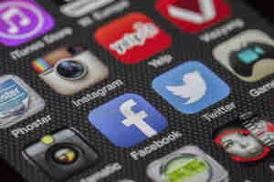 शोधकर्ताओं ने चेताया, फेसबुक और इंस्टाग्राम जैसे सोशल मीडिया का अत्यधिक प्रयोग बना सकता है डिप्रेशन का शिकार