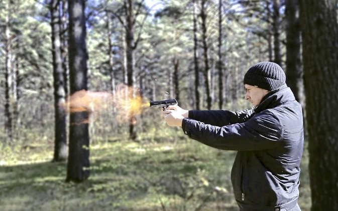 जमीन के विवाद को लेकर भाई ने भाई के सीने में दाग दी गोली