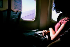 फ्लाइट में पैसेंजर विंडो सीट पर बैठने की कर रहा था जिद, एयर होस्टेस ने खोज निकाला अनोखा तरीका