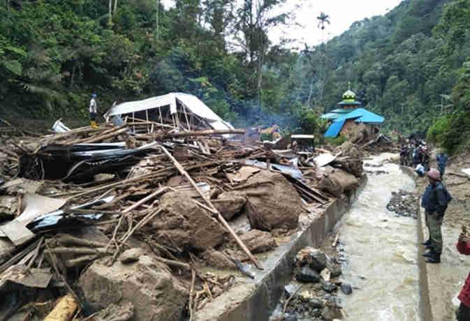 इंडोनेशिया में भूकंप-सुनामी के बाद बाढ़ का कहर, 11 बच्चों की मौत और एक लापता