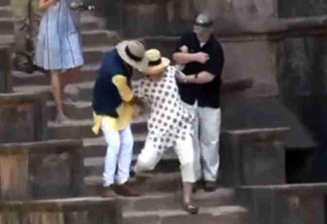 MP में सैंडिल की वजह से कुछ ऐसे सीढ़ियों से फिसलीं हिलेरी क्लिंटन, जानें क्यों आईं वो भारत
