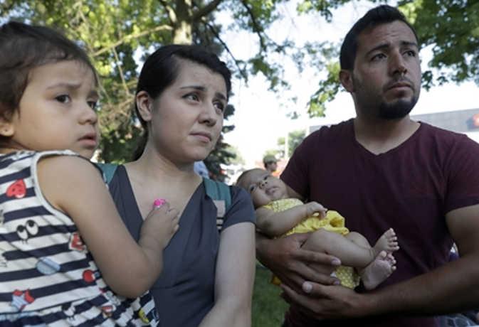 अमेरिकी बॉर्डर पर बिछड़े परिवारों को मिलाये जाने के बाद 1000 लोगों को देश छोड़ने का आदेश
