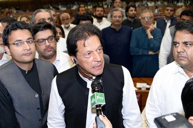 इमरान खान बने पाकिस्तान के 22वें प्रधानमंत्री, राष्टपति भवन में ली पद की शपथ