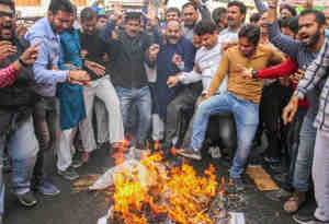 जम्मू-कश्मीर के किश्तवार में बीजेपी नेता की हत्या के बाद स्थिति तनावपूर्ण, सेना ने किया फ्लैगमार्च