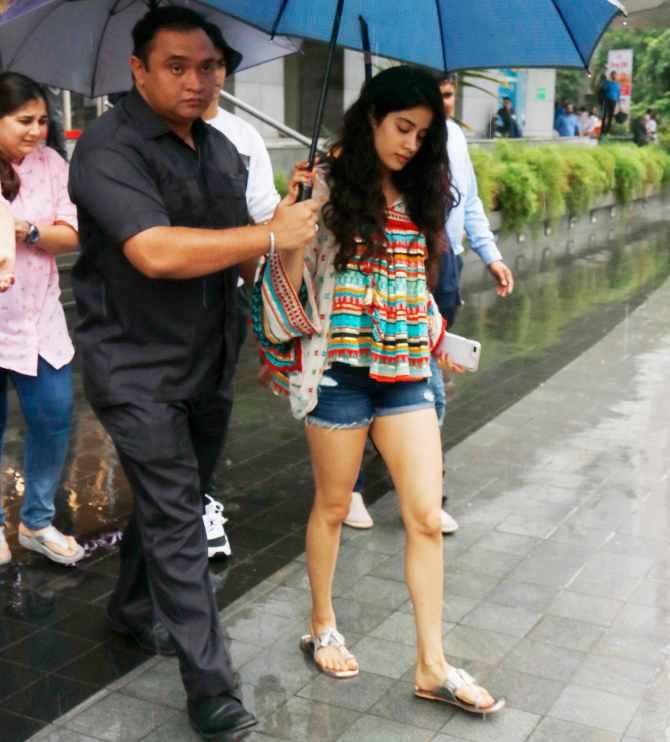'धड़क' प्रमोशन के दौरान बारिश से बचने को जाह्नवी ने पकड़ा अपना छाता,ऐसा नजारा और कहां