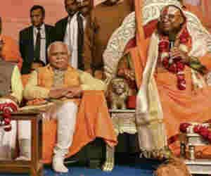 प्रयागराज कुंभ 2019 : हरियाणा सीएम मनोहर लाल खट्टर ने मोरारी बाबू के शिविर में सुनी राम कथा, जूना अखाड़े में समझा धर्म का मर्म