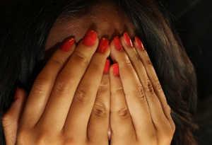 शर्मनाक! कानपुर में पुलिस के सामने वकीलों ने दो महिलाओं को पीटकर कपड़े फाड़े