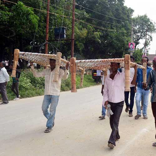 लोगों ने लूट ली राहुल की खाट सभा की खटिया