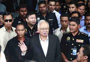 मलेशियाई पुलिस ने स्टेट फंड घोटाले में जब्त किये 189 करोड़, कस सकता है पूर्व प्रधानमंत्री पर शिकंजा