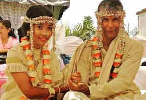 दूल्हा बने मिलिंद सोमन ने लिए 25 साल छोटी गर्लफ्रेंड संग 7 फेरे, दुल्हन के लिबास में ऐसी दि