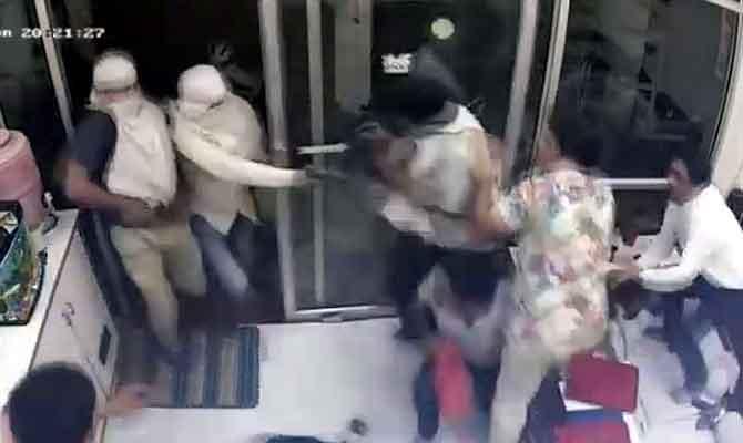 मथुरा में 6 डकैतों ने 2 ज्वैलर्स की हत्या कर लूटे 4 करोड़ के गहने, CCTV में दिखा यह डरावना मंजर