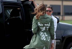 डोनाल्ड ट्रंप की पत्नी मेलानिया के विवादास्पद जैकेट की तस्वीर वायरल, मचा बवाल