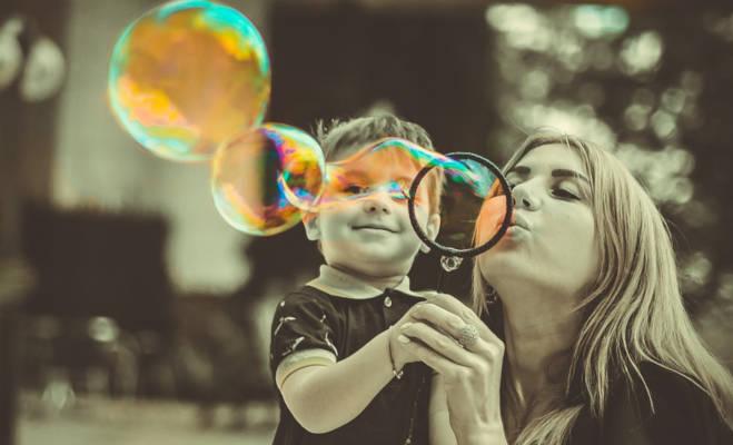 mother's day 2019: कहीं मां के सम्मान में त्योहार तो कहीं चारपाई से मां को बांध देते हैं बच्चे