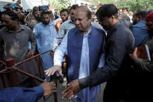 पाकिस्तान : मुंबई हमले से जुड़े देशद्रोह मामले को लेकर अदालत में पेश हुए पूर्व पीएम नवाज शरीफ और अब्बासी