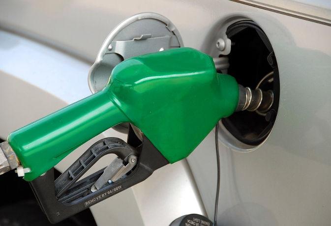 सरकार ने कहा 'सस्ते' नहीं होंगे पेट्रोल-डीजल, हालात बदलना है तो र्इमानदारी से चुकाएं टैक्स