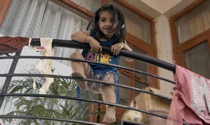 pihu movie review : दो साल की 'पीहू' की कहानी हॉरर फिल्म से है अधिक डरावनी!