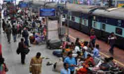 हर रेलवे स्टेशन पर गूंजती है ये एक आवाज 'यात्रीगण कृपया ध्यान दें'... जानें कौन है इसके पीछे