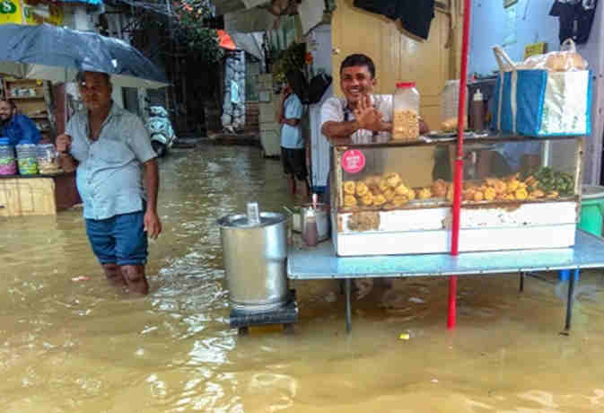 भारी बारिश से मुंबर्इ समेत उत्तर भारत में जनजीवन अस्त-व्यस्त, जानें अगले 24 घंटे के मौसम का हाल