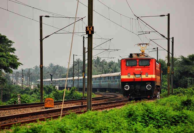 रेलवे क्लर्कों को बना रहा अफसर, प्रति माह बढ़ जाएगा 200 रुपये वेतन