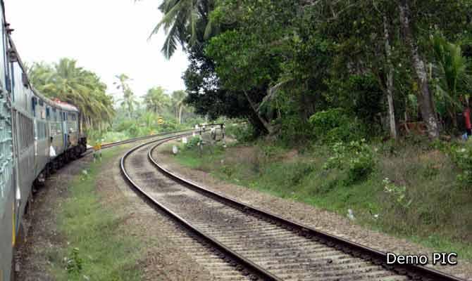 टूटे हुए ट्रैक से डबल डेकर सहित रवाना कर दी आधा दर्जन ट्रेनें