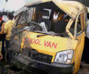 दर्दनाक हादसा: कुशीनगर में पैसेंजर ट्रेन से टकराई स्कूल वैन, 13 बच्चों की मौत 8 घायल