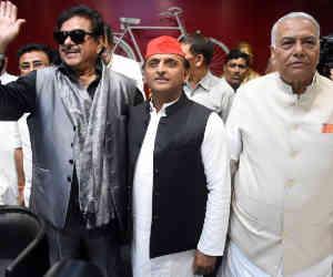 सपा के मंच पर भाजपा के शत्रुघ्न और यशवंत ने साधा सरकार पर निशाना, अखिलेश को बताया नया सितारा