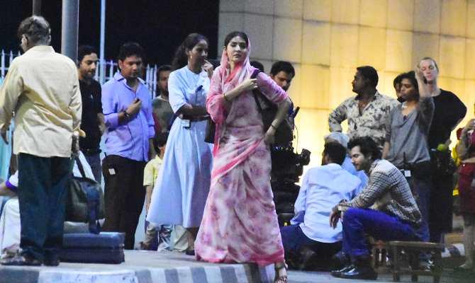 वरुण धवन और अनुष्का शर्मा जब शूटिंग करने पहुंचे मुंबई की सड़क पर!