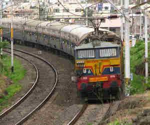 ट्रेनों को राइट टाइम करने के लिए रेलवे खुद हो रहा है राइट टाइम