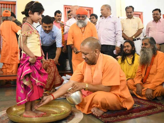 योगी आदित्यनाथ ने सीएम गोरक्षपीठाधीश्वर के रूप में कन्याओं के पखारे पांव,नारियों के सम्मान और सुरक्षा का दिया संदेश