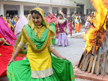 Happy Lohri 2020: दें लोहड़ी की लख-लख बधाइयां, भेजें शानदार मैसेज