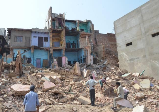 ताज नगरी में भरभरा कर गिरा 3 मंजिला मकान,चूहों पर लग रहा है इल्जाम,वीडियो में देखें हकीकत!