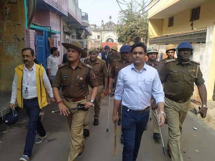 लखनऊ में एएसपी ट्रांसगोमती राजेश श्रीवास्तव व एडीएम ट्रांसगोमती विश्व भूषण मिश्रा मार्च करते हुए। फोटो: दैनिक जागरण आई नेक्स्ट