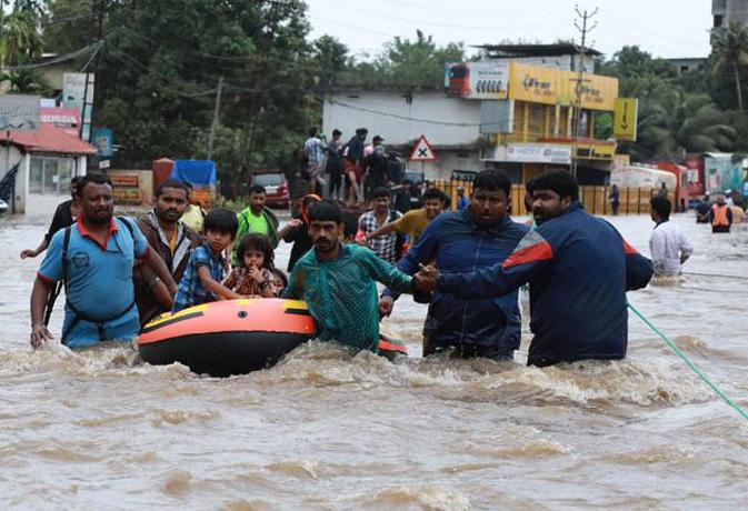 केरल बाढ़ पीड़ितों के लिए आगे आया बॉलीवुड, बिग-बी, शाहरुख, आलिया समेत कई हस्तियों ने की मदद
