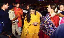 श्लोका मेहता के साथ सिद्धिविनायक मंदिर पहुंचा अंबानी परिवार, होने वाली सास नीता अंबानी थामे रहीं बहू का हाथ