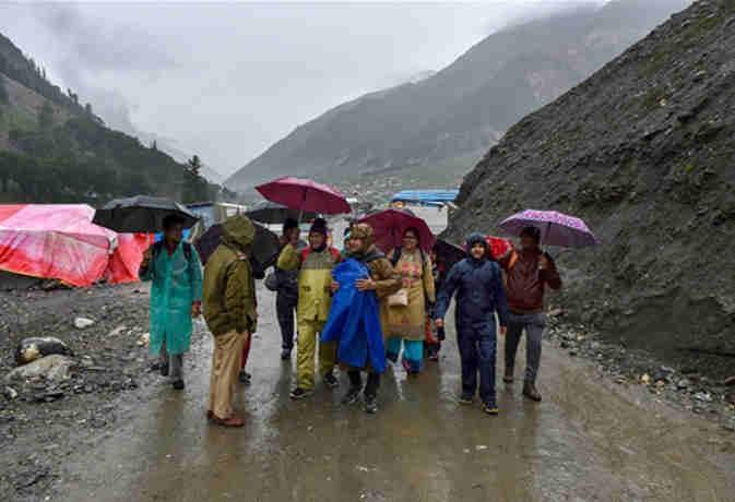 अमरनाथ यात्रा : भूस्खलन से पांच की मौत सात घायल,  खराब मौसम की वजह से रोके गए श्रद्धालु