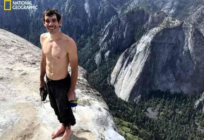 ये लड़का तो बाहुबली का भी उस्ताद है,बुर्ज खलीफा से ऊँचे पहाड़ पर चढ़ता है बिना किसी सहारे के!