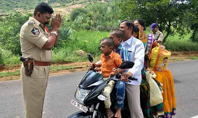 बिना हेलमेट बाइक पर पांच सवारी देख पुलिस अधिकारी ने किया प्रणाम, अब इंडिया कर रहा इनका गुणगान