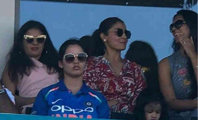 जब अनुष्का और साक्षी ने साथ-साथ बैठकर देखा मैच,सामने आई तस्वीरें
